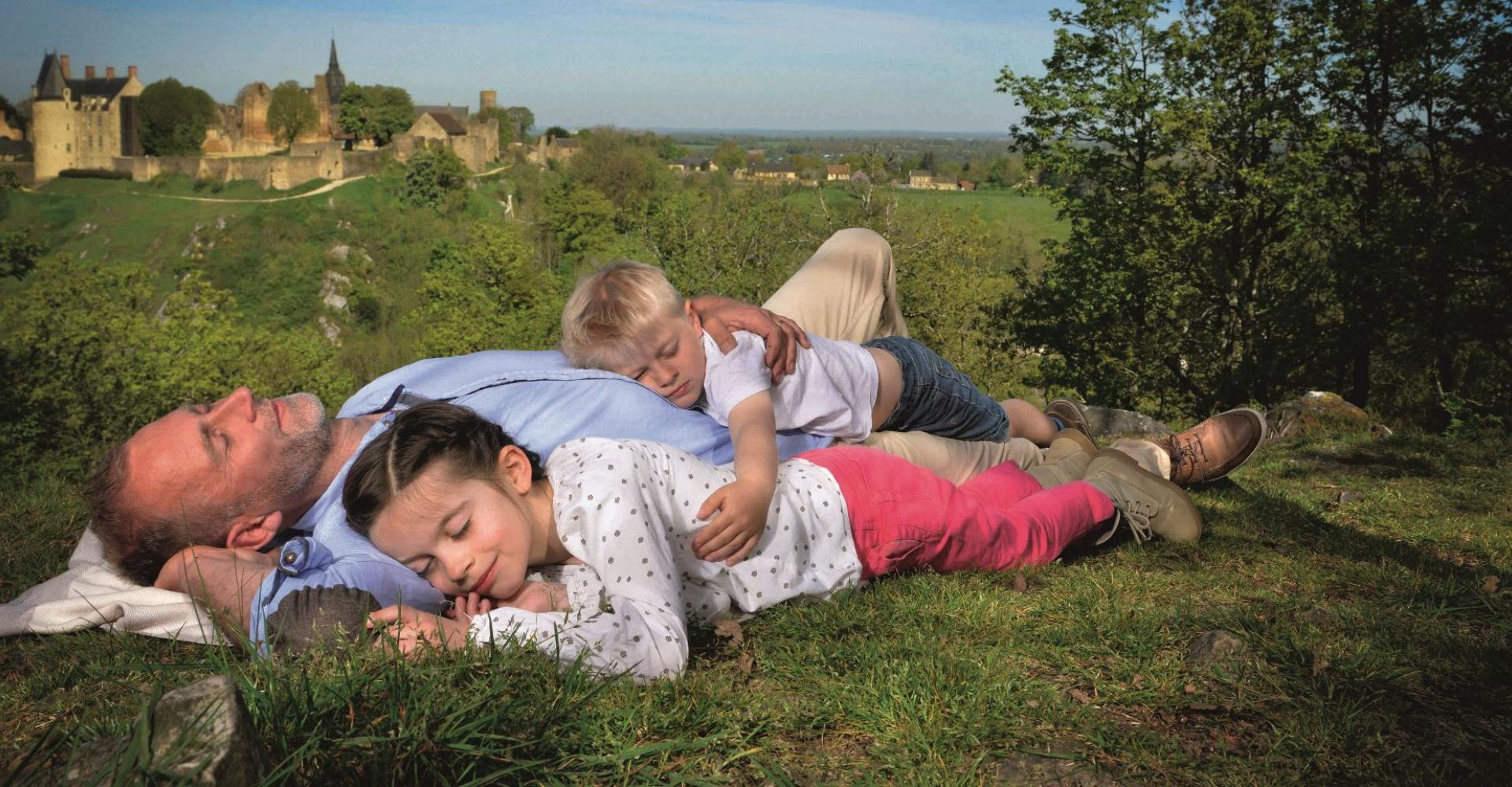 Sieste en famille avec vue sur Sainte-Suzanne en Mayenne