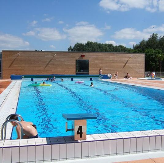 Piscine d'été à Evron au Jardin Aquatique