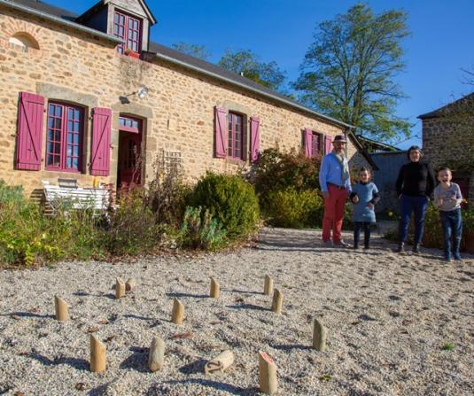 Vacances en famille au Clos Huet gîte rural à Mézangers